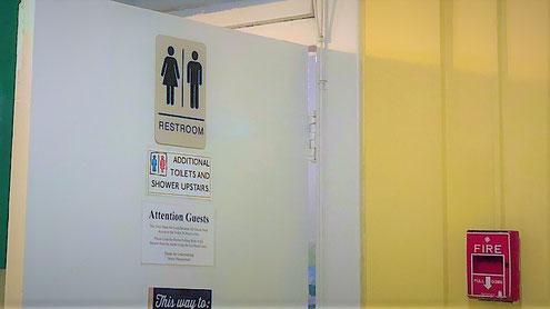 アメリカのトイレのドアと火災報知器