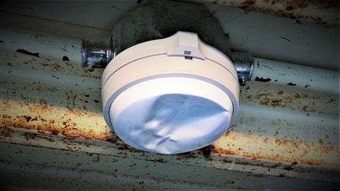 凹みが原因で誤報する従来型の熱感知器