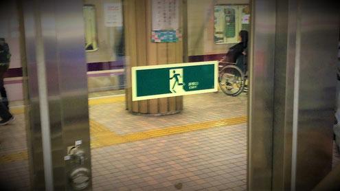 """地下鉄駅構内の""""くぐり戸""""にあった誘導標識"""