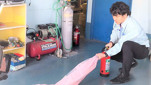 粉末消火器の薬剤放射点検