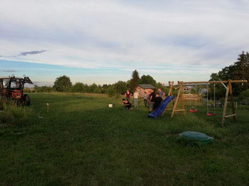 Hufeisenwerfen auf dem Hof