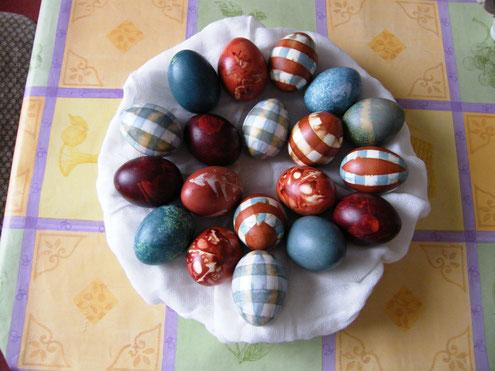 Ostereier gefärbt mit pflanzlichen Material - 2013