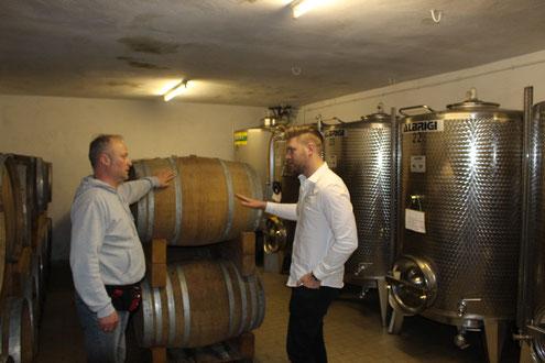 Winzer Meister Vinenzi vor dem Le Amarene im Weinkeller