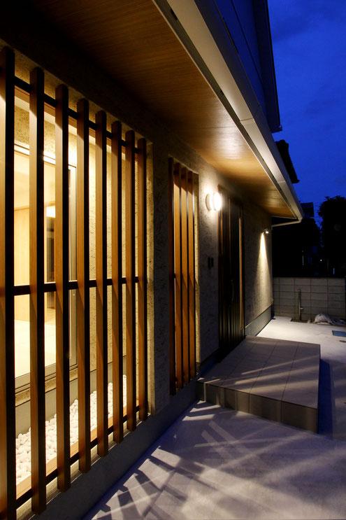 住宅 設計 格子 土壁 坪庭 和モダン