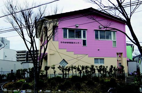 竹の台地域福祉センター外観建物写真、1階壁の色はベージュ、2階壁の色は紫かかったピンク