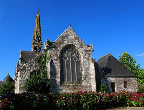 eindrucksvolles Kirchen-Ensemble  in dem kleinen Dorf Coray