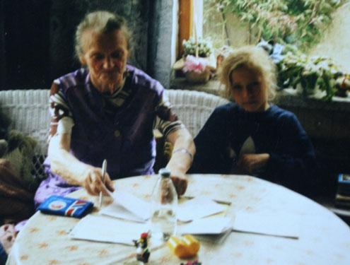 Meine Schwester und Uroma Betty beim extensiven Spielenachmittag in der Veranda meiner Oma in Demmin