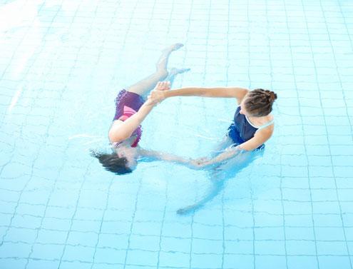 Körperarbeit im warmen Wasser.