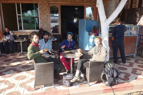 Petit déjeuner à une table d'un bistort Marocain