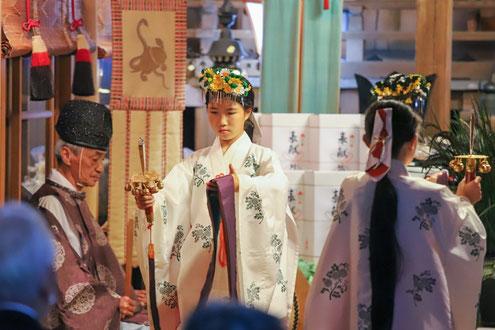 浦安の舞を奉納する舞姫の女子児童たち