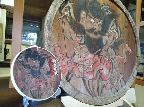社宝「鍾馗図(しょうきず)」のデザインを忠実に反映させた「鍾馗様木札」
