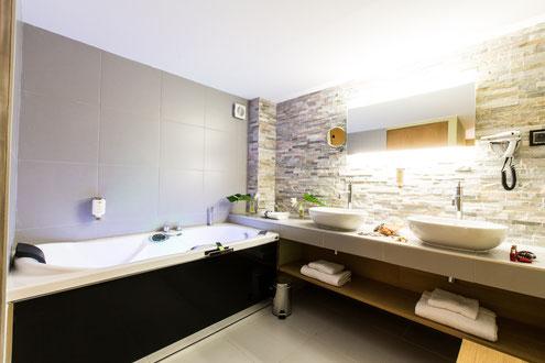 Hôtel Marotte 5 étoiles, hôtel de charme, hôtel de luxe, boutique hôtel Amiens, cosy et chic, proche de la gare et de la cathédrale, suite duplex balnéo, grand lit double, salon en duplex