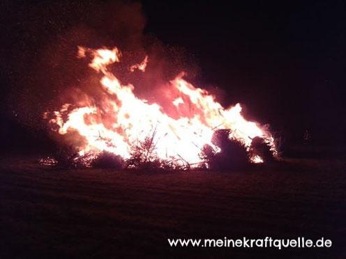 Hutzelfeuer, Lagerfeuer mit Kindern, Feuer in der Nacht, Kraftquelle