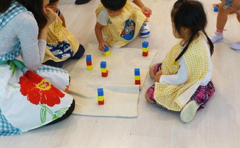 フィオーレコース(2歳児)のお友だちがモンテッソーリ活動で、集中してお仕事に取り組んでいます。
