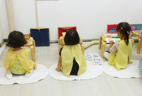 フィオーレコース(2歳児)のお友だちがモンテッソーリ活動で、めいめいに自分でおしごとを選んで集中して取り組んでいます。