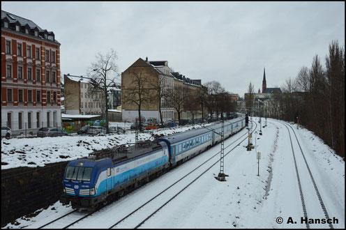 193 293-8 unterquert mit dem umgeleiteten EC 176 nach Hamburg-Altona die Bernhardtstraße in Chemnitz (13. Januar 2019)
