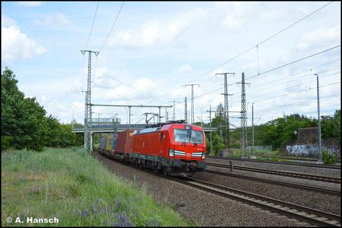 Die Lok mit der schönen Nummer 193 333-2 zieht am 5. Juni 2020 einen Containerzug durch Luth. Wittenberg Hbf.