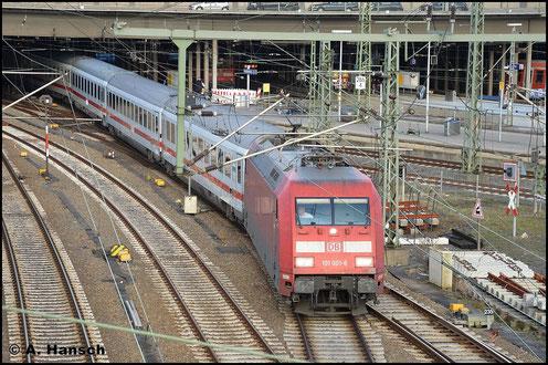 Am 8. November 2015 fährt die dienstälteste 101, 101 001-6 mit einem IC aus Hamburg Hbf. aus