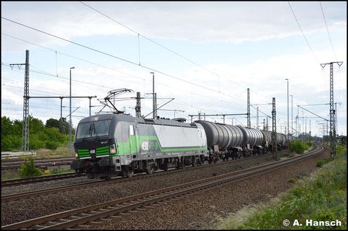 193 217-7 zieht am 5. Juni 2020 einen Kesselwagenzug durch Luth. Wittenberg Hbf.