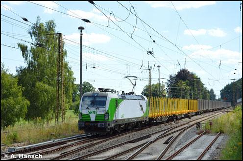 """Ergänzt um die """"Tierbeklebung"""" ist die Lok am 22. Juli 2020 mit Hackschnitzelzug in Gößnitz gesichtet worden"""
