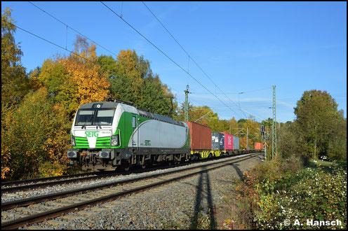 193 812-5 ist für die SETG im Einsatz, als sie am 25. Oktober 2020 mit Containerzug durch Chemnitz-Furth gen Glauchau fährt. Ziel des Zuges ist Wiesau