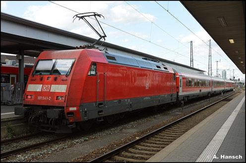 Der Nürnberg-München-Express ist meist Aufgabe der BR 101. Am 15. Juli 2015 ist 101 041-2 eine von zwei Maschinen an diesem Zug, der in Nürnberg Hbf. auf Ausfahrt wartet