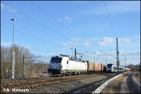 Mit einem Hackschnitzelzug durchfährt 193 247-4 am 24. Februar 2018 Chemnitz-Furth in Richtung Riesa