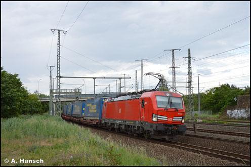 Mit Lkw-Walter-Zug rollt 193 356-3 am 5. Juni 2020 durch Luth. Wittenberg Hbf.