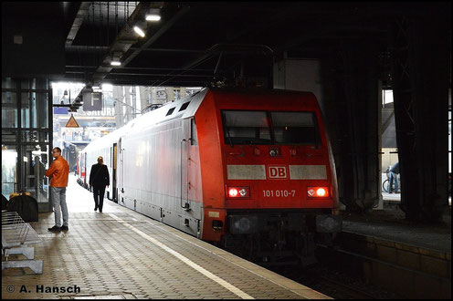 101 010-7 steht am 8. November 2015 mit einem IC in Hamburg Hbf.