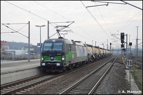 193 832-3 hat am 3. Januar 2016 einen Kreideschlammzug nach Schwedt am Haken. Hier ist die Fuhre bei der Durchfahrt durch den Bf. Bitterfeld zu sehen