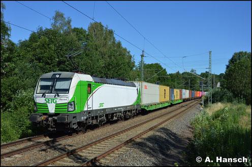 Am 29. Juni 2019 ist die Lok umlackiert und zieht einen umgeleiteten Containerzug durch Chemnitz-Furth.