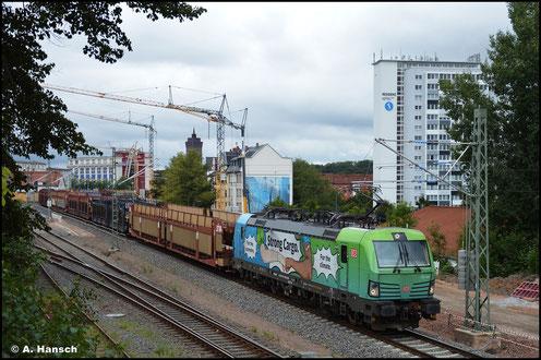 Auch 193 368-8 trägt eine Werbelackierung bzw. -beklebung. Am 30. August 2021 befördert sie einen Autoleerzug durch Chemnitz-Süd gen Dresden