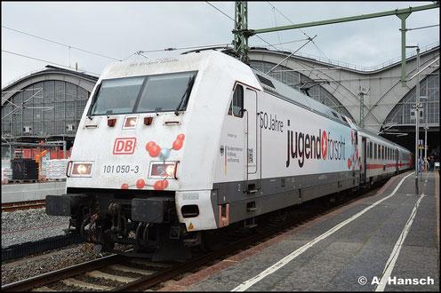 Am 13. Juli 2015 traf ich 101 050-3 in Leipzig Hbf. an. Die Maschine mit der auffälligen Beklebung steht mit ihrem IC nach Frankfurt/Main zur Ausfahrt bereit