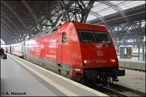 """101 076-8 (man beachte, dass die Selbstkontrollziffer verkehrtherum angebracht wurde) steht am 19. Oktober 2015 in Leipzig Hbf. Sie hat einen IC am Haken und trägt eine """"Cewe-Werbung"""""""