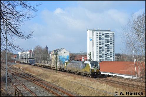 193 218-5 trägt eine Seitenbeklebung mit Ludwig van Beethoven. Am 27. März 2018 durchfährt sie mit Leerholzzug nach Freiberg den Bahnhof Chemnitz-Süd