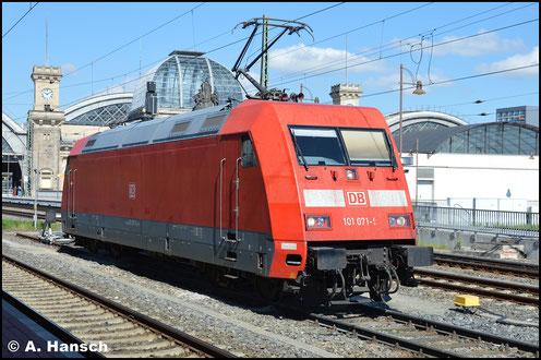 """101 071-9 trug bis vor kurzem noch eine Ganzreklame von """"Märklin"""". Am 9. Mai 2016 ist sie im normalen DB-Farbkleid in Dresden Hbf. abgestellt"""