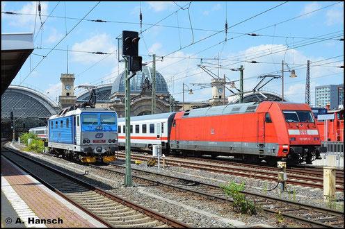Am sonnigen 20. Juli 2015 fährt 101 087-5 mit ihrem IC in Dresden Hbf. ein