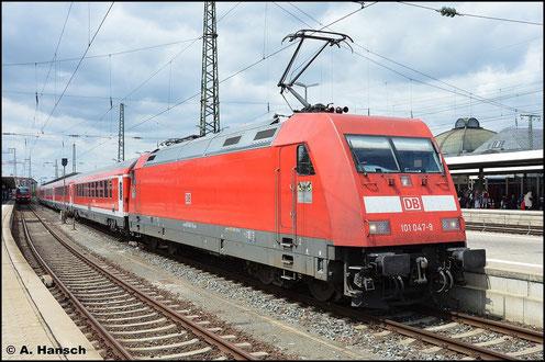 Der Nürnberg-München-Express ist meist Aufgabe der BR 101. Am 15. Juli 2015 ist 101 047-3 eine von zwei Maschinen an diesem Zug, der in Nürnberg Hbf. auf Ausfahrt wartet