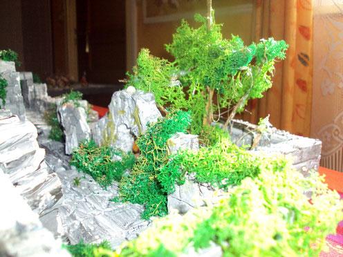 L'arbre est fait de brindlilles vernies , de la mousse ferroviaire est ensuite collée.