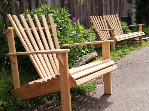 Massivholz Gartenstuhl und Gartenbank aus Kölner Holz mit tiefer Sitzposition und rückwärts geneigter Rückenlehne