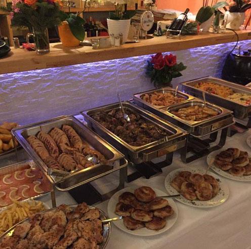Ein riesiges Buffet für eine Firmenfeier