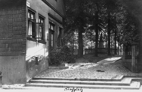 Das Haus Blumenau wurde in den 1920er Jahren im Zuge der Umgestaltung des Kirchplatzes abgerissen. Im Hintergrund ist das Bünder Kriegerdenkmal zu erkennen. (Museum Bünde)