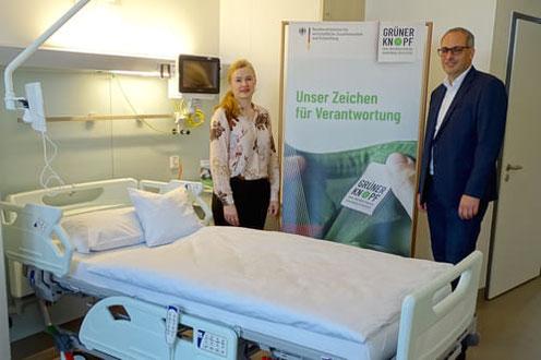 Die Großwäscherei Sitex stattet den Neubau des Universitätsklinikums Schleswig Holstein mit Bettwäsche mit dem Grünen Knopf von Dibella aus (Alexandra Milas von Sitex und Klaus Baur von Dibella)