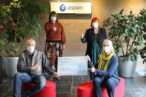 Von links Thomas Grimm u. Susanne Blaue, Aspen; Vira Sprotte u. Gisela Bojer, Frauen helfen Frauen Stormarn e.V.
