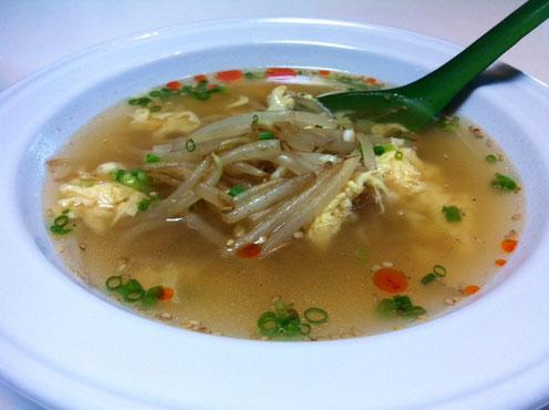 今朝のスープ。 中華スープを作り玉子を溶く、、、一方フライパンで、ごま油でもやし炒を炒め皿に盛り、スープ流しかけ、ネギをトッピング。 お好みで、酢&ラー油で出来上がり! 超かんたんで好評だったので。。。