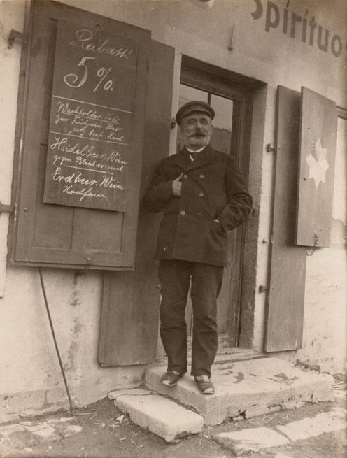 Wilhelm Hühne vor seiner Drogerie in Maxen (Foto: Heimatarchiv Maxen)