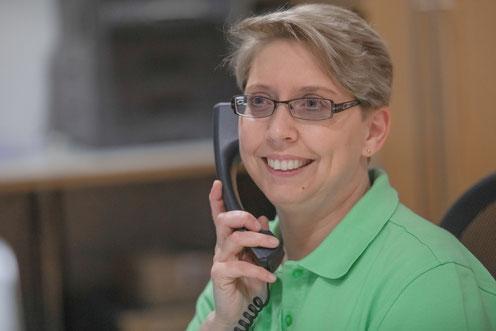 Jana Görmer am Telefon