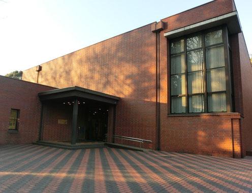 1月16日(2016) 木の影と博物館:国際基督教大学構内にある湯浅八郎記念館(初代学長湯浅博士が収集した民芸品や構内から出土した考古学資料などを展示した記念館)入場は無料ですが、大学の正門で守衛さんに声をかけてからの見学となります