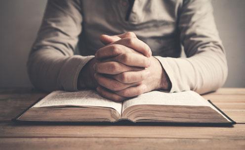 Lesen der Bibel mit Gebet