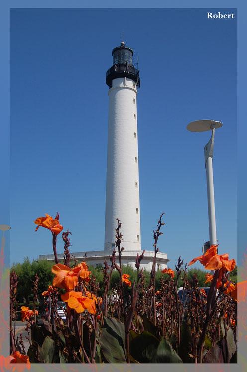sur la pointe cap martin à biarritz, le phare de couleur blanc et noir
